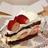箱を開けて現れたストロベリーチョコレートケーキ