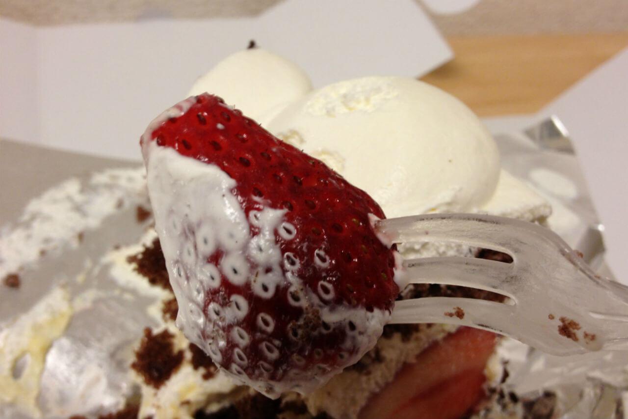 ケーキの中の大きなイチゴ