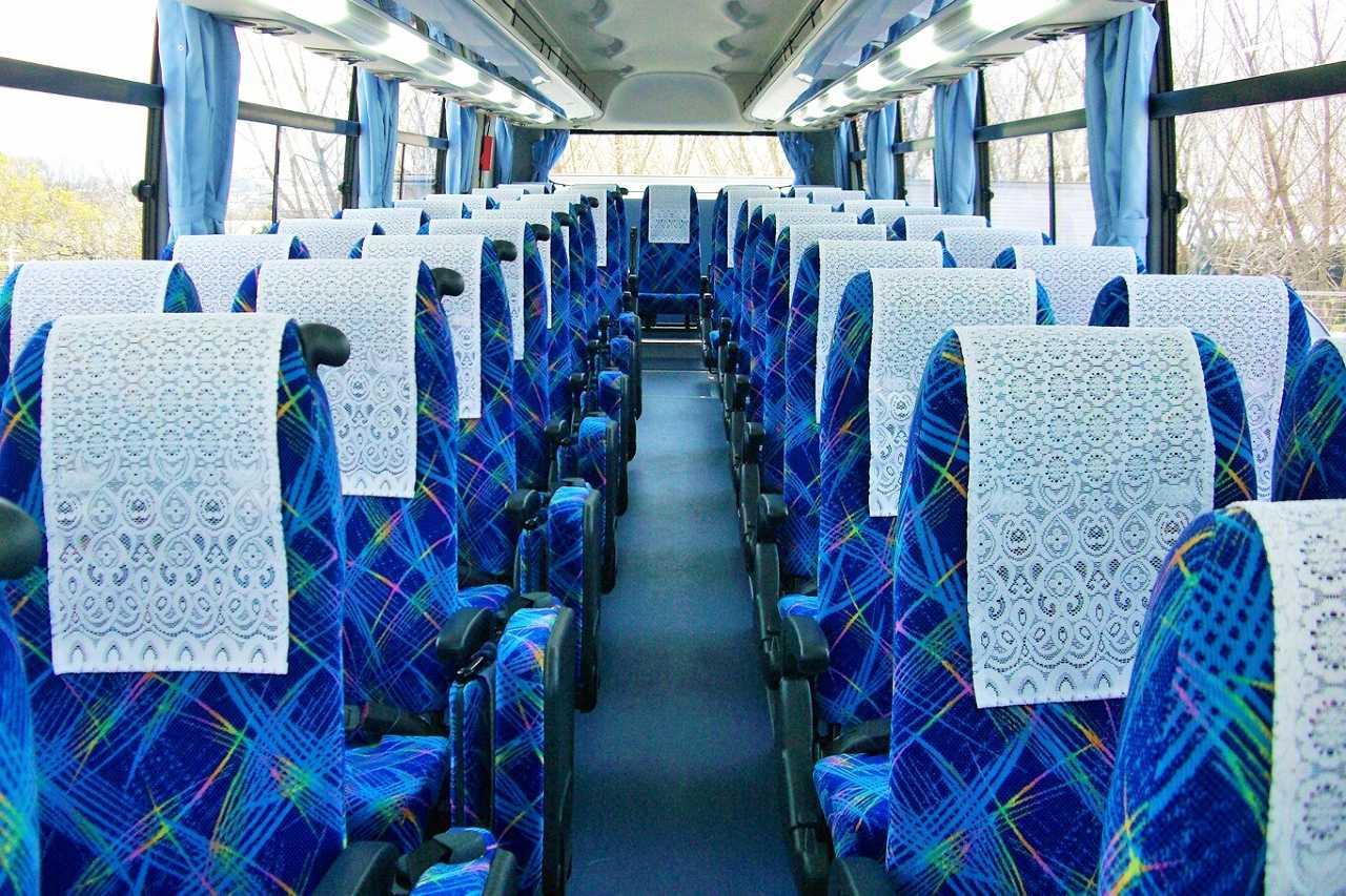 4列シートのバス車内