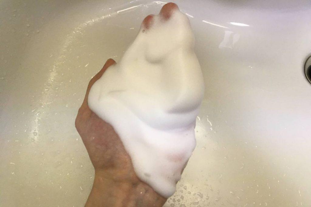 手にすくった泡