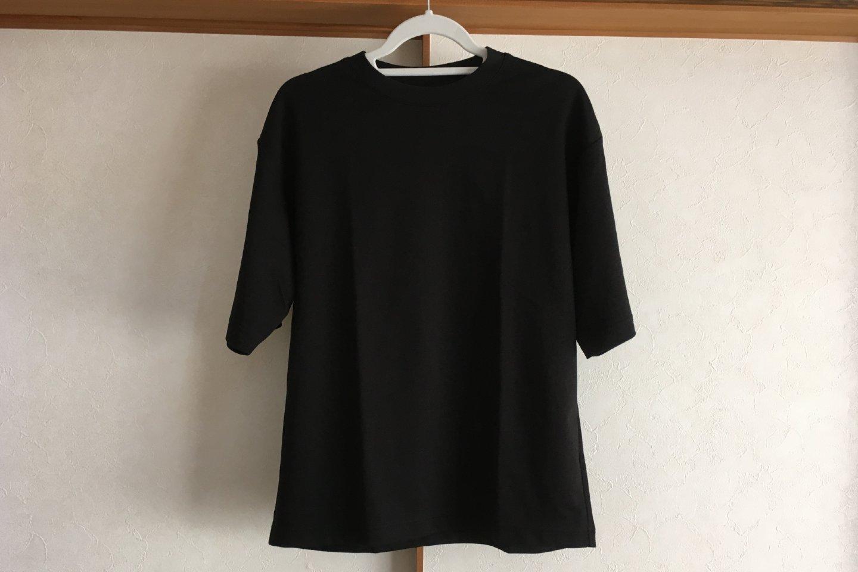 エアリズムコットンオーバーサイズTシャツのブラック正面画像(室内)
