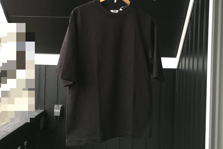 エアリズムコットンオーバーサイズTシャツのブラック正面画像(屋外)