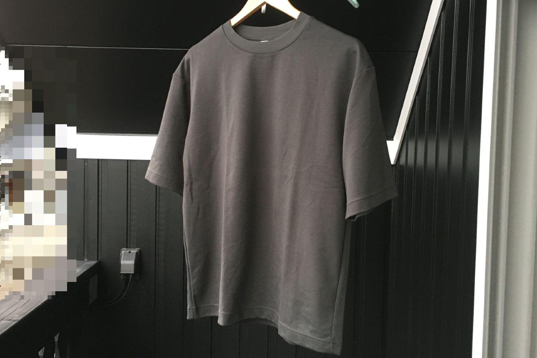 エアリズムコットンオーバーサイズTシャツのグレー正面画像(屋外)