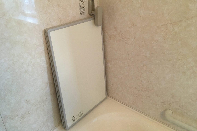オーエ「組合せ風呂ふた」をフックで収納している画像