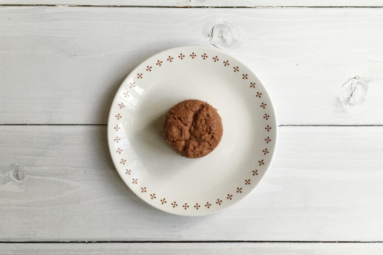 皿の上のチョコレートチーズスフレ